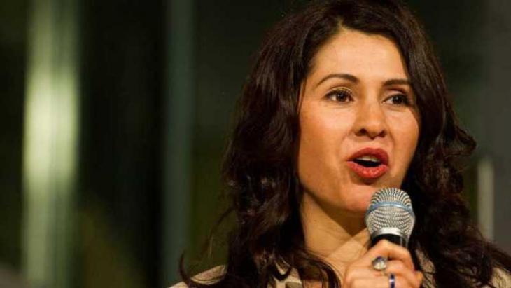 """ليلى أحمد زاي من مواليد كابول عام 1975 وجاءت إلى ألمانيا وهي في السابعة عشرة من عمرها. ومنذ عام 2003 تعمل على توثيق التحولات الاجتماعية والسياسية في أوروبا وآسيا. وفي عام 2014 فازت بالجائزة الثانية لصور الصحافة العالمية عن تقريرها تحت عنوان """"ليلة صامتة – مذبحة قندهار""""."""