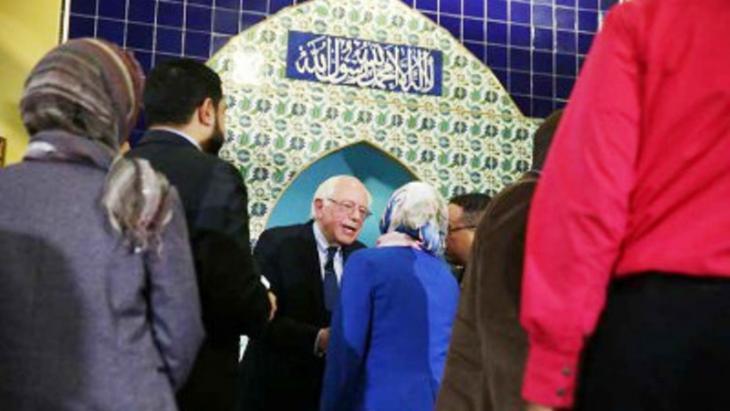 المرشح الديمقراطي بيرني ساندرز يصافح الحضور في مسجد محمد.