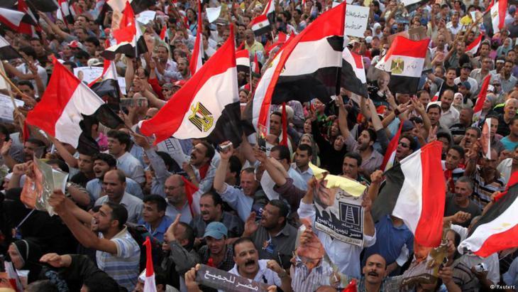 بعد أن كان الغرب ينظر إلى الكتّاب المصريين كقوة من أجل الخير، أثار دعم بعض أشهر الكتّاب المصريين للحكم العسكري -وتخليهم عن المطالبة بالديمقراطية وحكم القانون- الصدمة والفزع.