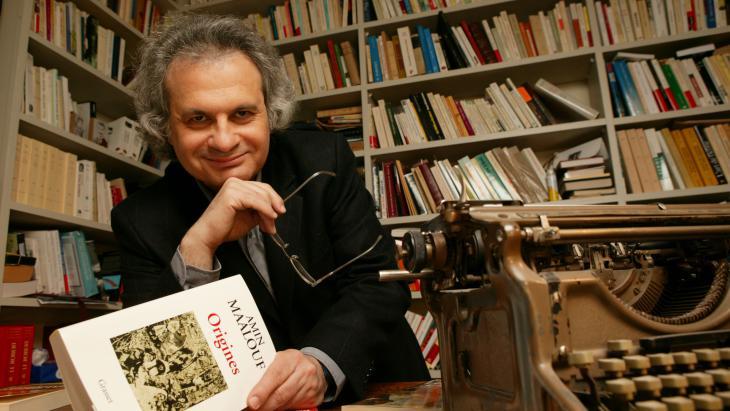 """حذر معلوف بمناسبة صدور كتابه """"مقعد على السين""""، من خطر انهيار المجتمعات والقيم."""