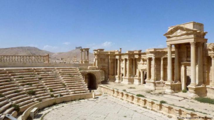 أيضاً هذه الصورة الملتقطة يوم الأحد 27 مارس/آذار 2016 تظهر أن المسرح الروماني الذي يرجع لعام 200 ميلادية بحالة جيدة. يمكن رؤية الواجهة والمدرجات. المسرح استخدم كساحة للإعدام من قبل داعش في مايو/ آيار  2015.