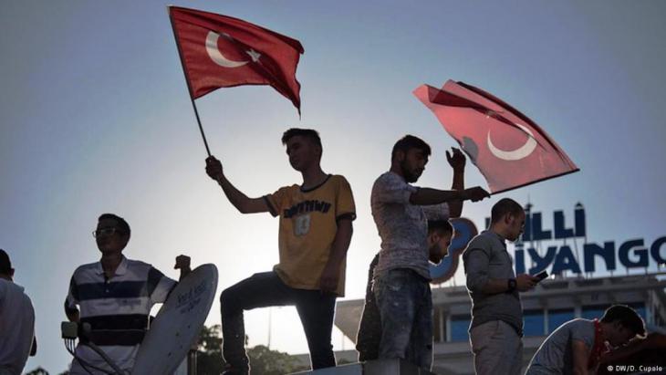أوقفت السلطات التركية ما مجمله 103 جنرالات وأدميرالات بعد محاولة الانقلاب االفاشلة لتي شهدتها البلاد. صحف ألمانية علقت على الحملة التي أطلقتها السلطات التركية لتعقب المتورطين في المحاولة الانقلابية.