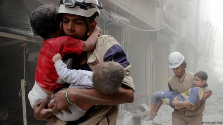 """دي ميستورا يناشد أمريكا وروسيا بإنقاذ الهدنة في سوريا، داعيا مجلس الأمن إلى ضمان وقف الأعمال القتالية على الأقل لـ48 ساعة أسبوعيا. والدول الغربية تتهم روسيا بتصعيد التوتر، فيما يدعو بان كي مون """"لوضع حد للكابوس"""" بسوريا."""