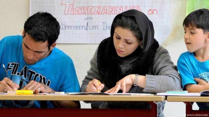 يواجه الكثير من اللاجئين وطالبي اللجوء عند وصولهم إلى ألمانيا مشكلة اللغة، ما يدفعهم للبحث عن فرص لتعلم اللغة الألمانية. لحسن الحظ، فإن المجال مفتوح لتعلم اللغة بأقل التكاليف. إليكم بعض أهم الأسئلة والإجابات عليها.