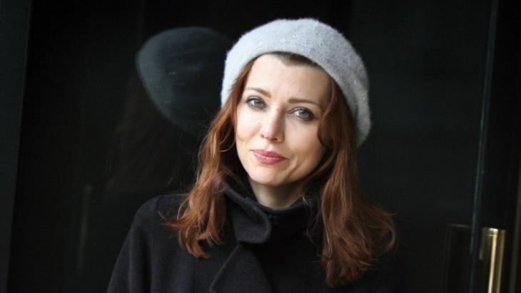 """أليف شفق: كاتبة تركية ولدت في فرنسا، و تكتب بالتركية والإنكليزية، وقد ترجمت أعمالها إلى 30 لغة كما تشير الموسوعة الشعبية ويكيبيديا. نشرت روايتها """"قواعد العشق الأربعون"""" عام 2010 في الولايات المتحدة الأمريكية، وقام بترجمتها عن الإنكليزية خالد الجبيلي ونشرت عن دار طاوي سنة 2012."""