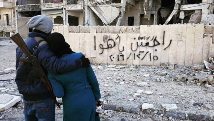 """""""راجعين يا هوا"""".. صاحبا أشهر صورة في حلب لا يزالان محاصرين."""