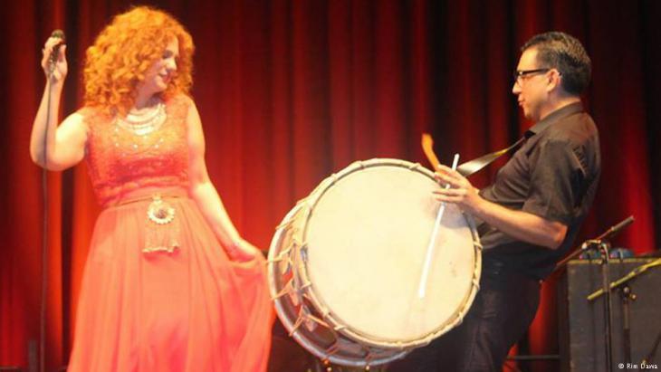 لينا شامَميان في أداء موسيقي بلون من الفلكلور السوري