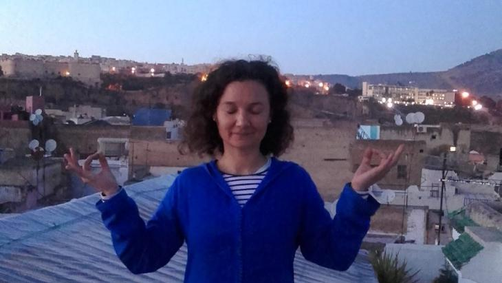 """تغمض الشابة الإسبانية عينيها وتستمع إلى أذان المغرب المنبعث من مساجد الحي، ثم تقول """"إنهم يكلمون الله الآن"""""""