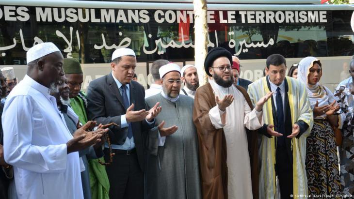 """تجمع نحوِ 30 من أئمة المسلمين من دول أوروبية في برلين للمشاركة في مسيرة ضد الإرهاب في موقع الهجوم الدامي بواسطة شاحنة في كانون الأول/ديسمبر على سوق لعيد الميلاد في برلين، كان تنظيم """"داعش"""" قد أعلن مسؤوليته عنه."""