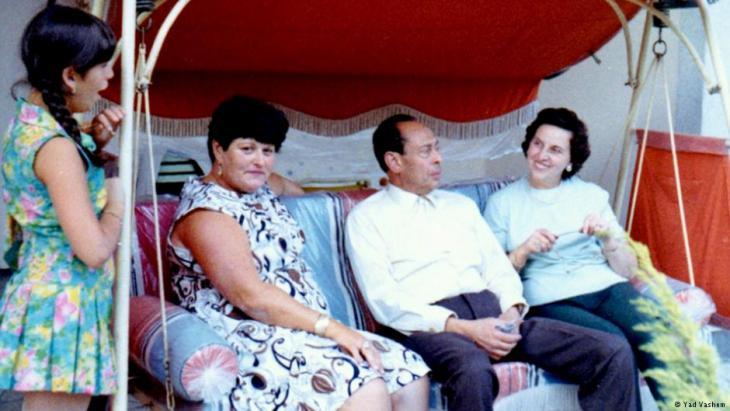 صورة من عام 1969 التُقِطَت للطبيب المصري الراحل محمد حلمي وزوجته إيمي (إلى اليمين). وبجانبهما أنا بوروس (التي أنقذها الطبيب من النازيين) وابنتها كارلا. كان محمد حلمي، الذي وُلد في الخرطوم عام 1901، قد انتقل عام 1922 إلى برلين لدراسة الطب. وبعد التخرج عمل في معهد روبرت كوخ، لكنه سرعان ما فُصل عن عمله عام 1937 لأسباب عنصرية بعد وصول النازيين إلى الحكم في ألمانيا. وبعدما انتهت الحرب بقي حلمي في برلين إلى أن توفي فيها عام 1982.