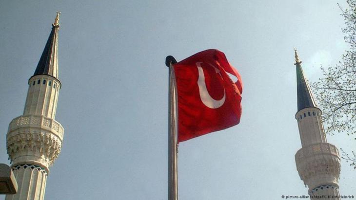 أثارت دعوة رئيس البرلمان التركي إلى إسقاط العلمانية من الدستور جدلا سياسيا يعكس، حسب مراقبين، انقساما داخل المجتمع التركي، مما قد يحبط مساعي الحزب الحاكم لتغيير الدستور وإلغاء العلمانية