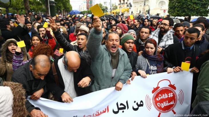 كشفت الحكومة التونسية عن حزمة من الإجراءات العاجلة في أعقاب احتجاجات عنيفة ضد الغلاء وارتفاع الأسعار. وتزامنا مع زيارة سيقوم بها الرئيس التونسي إلى أحد الأحياء الفقيرة بالعاصمة، دعا نشطاء إلى مظاهرة في ذكرى سقوط بن علي.