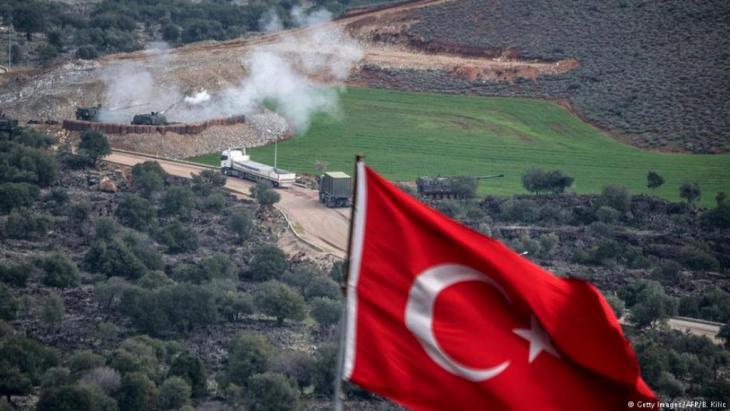 """عفرين وأنقرة  تشن تركيا عملية عسكرية تستهدف مواقع تابعة لوحدات حماية الشعب الكردي التي تعتبرها أنقرة منظمة """"إرهابية"""". تعتبر تركيا وحدات الشعب الكردي فرعا من حزب العمال الكردستاني المحظور، والمتمرد على الحكومة في أنقرة منذ 1984. في حين يقول المسلحون الأكراد إن الحملة أسقطت قتلى وجرحى بين المدنيين"""