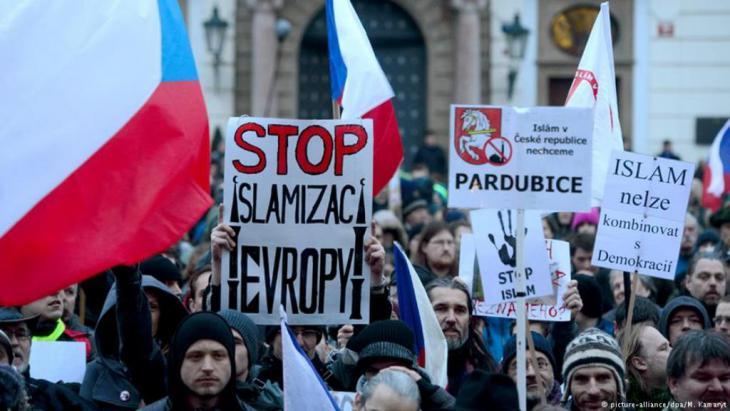 متظاهرون في براغ ضد المسلمين والمهاجرين.