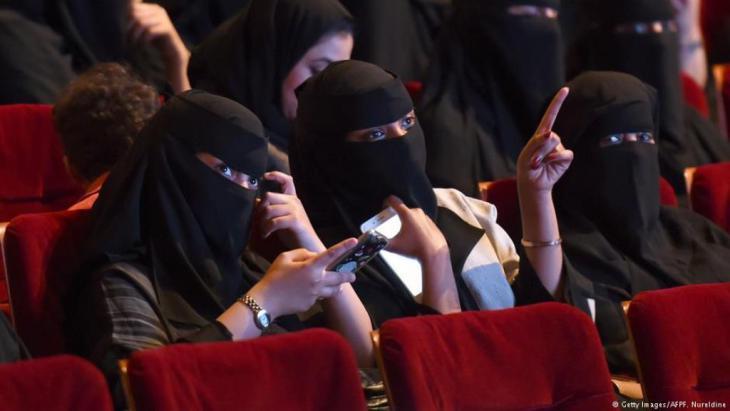 """تشير خلود بارعيدة، وهي ناشطة حقوقية سعودية تعيش في برلين، إلى أن السلطات في السعودية تهتم حالياً بالصورة العامة للبلد عبر حذف قوانين """"جعلت من السعودية أضحوكة كحظر قيادة المرأة للسيارة""""، لكن السلطات تتناسى معاناة الفرد التي يطالب بأوليات متعددة، منها إسقاط الوصاية الذكورية التي تشكّل كابوسا للسعوديات."""