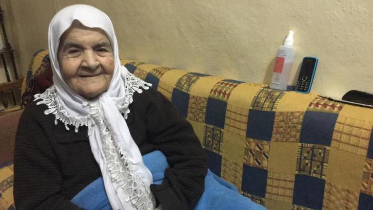 حفيظة خطيب التي عاشت حياة أخرى في لبنان، كانت تبلغ من العمر 19 عاماً عندما فرت مع عائلتها إلى لبنان في حرب 1948 بين إسرئيل وجيرانها العرب. كانت حفيظة تعيش آنذاك مع عائلتها في قرية دير القاسي، على بعد 20 كيلومتراً من عكا. كان الهواء هناك نظيف، على عكس ما هو في مخيم اللاجئين هنا.