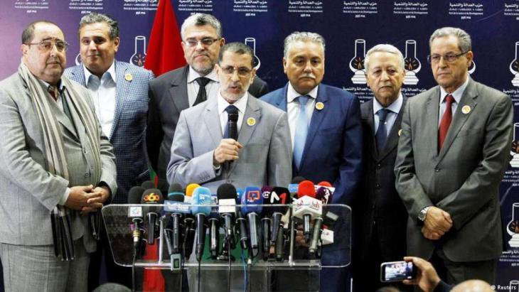 سعد الدين العثماني رئيس الحكومة الجديدة في مؤتمر صحفي مع زعماء أحزاب الإئتلاف