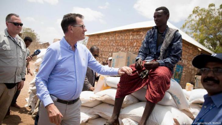 """من أجل معالجة أسباب اللجوء، يعتزم وزير التنمية الألماني دعم الشركات الألمانية كي تصبح استثماراتها في إفريقيا جذابة وذلك ضمن """"خطة مارشال"""" جديدة للقارة السمراء. الخطة ستصدر بالتعاون مع وزارتي المالية والاقتصاد."""