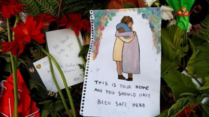 """إمام مسجد النور جمال فودة: """"قلوبنا محطمة لكننا لم ننكسر. نحن على قيد الحياة.. نحن معا وكلنا تصميم على ألا نسمح لأحد أن يقسمنا"""". وأضاف في خطبة الجمعة التي تم بثها على المستوى الوطني """"لأسر الضحايا أقول أحباؤكم لم يموتوا سدى. فدماؤهم روت بذور الأمل""""."""