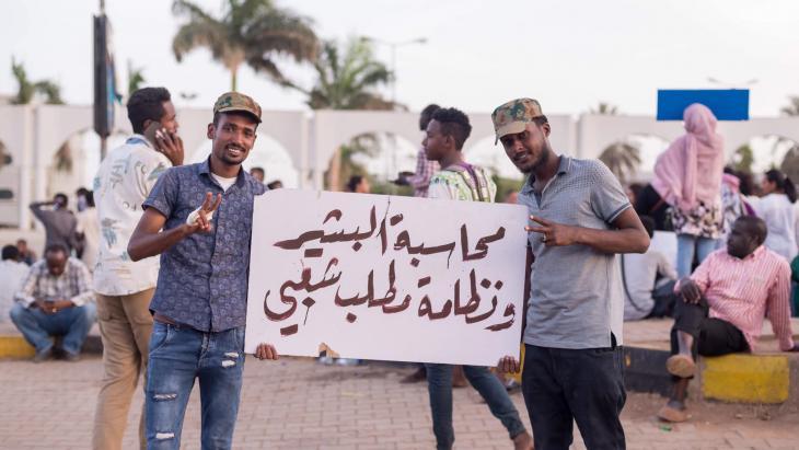 الحراك السوداني: في أواخر عام 2018 شهد السودان احتجاجات شعبية على الغلاء وسوء الخدمات تحولت فيما بعد للمطالبة بإسقاط البشير الذي انتهت فترة حكمه في صباح يوم الخميس (11 نيسان / أبريل 2019)، إذ أعلن الجيش الإطاحة به وتشكيل مجلس انتقالي لإدارة البلاد.