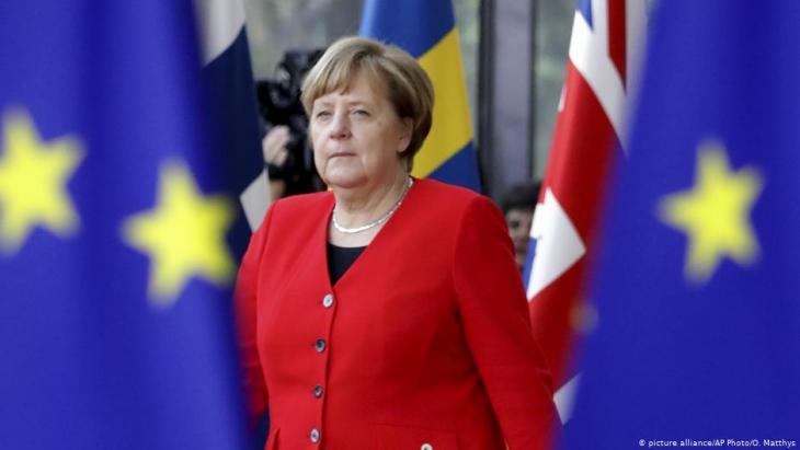 """طالبت المستشارة الألمانية أنغيلا ميركل السبت (18 أيار/ مايو 2019) السياسيين الأوروبيين بـ""""ضرورة الوقوف بوجه"""" سياسيي اليمين المتطرّف """"الذين يبيعون أنفسهم""""، وذلك بعد أن كشفت تسجيلات كاميرا خفية محاولة تواطؤ بين نائب مستشار النمسا هاينز-كريستيان شتراخه وامرأة روسية واسعة النفوذ"""