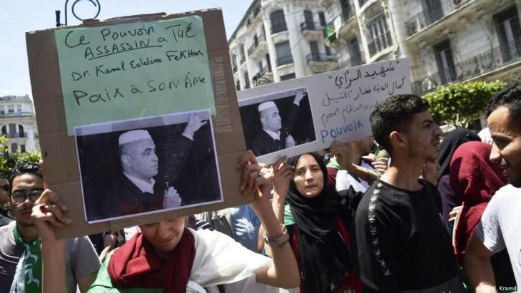 شهد الشارع الجزائري حالة من الصدمة والغضب بعد وفاة المناضل الحقوقي الأمازيغي كمال الدين فخار بعد إضراب عن الطعام دام أكثر من 50 يومًا ، احتجاجاً على اعتقاله احتياطياً منذ 31 مارس الماضي.