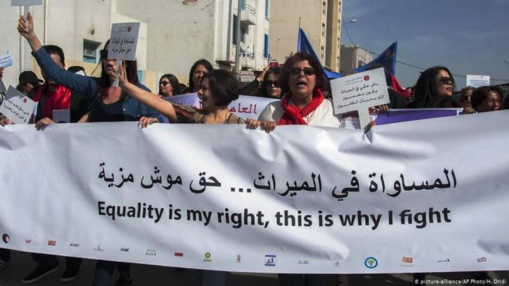 """في خطوة جريئة وفاتحة للجدل، نظمت مئات التونسيات مسيرة حاشدة إلى مقر البرلمان للمطالبة بالمساواة في الميراث مع الرجل، رافعات شعارات مثل """"تونس دولة مدنية ما هو لك هو لي أنا أيضاً"""". جاء ذلك بعد كلام للسبسي في نفس السياق."""