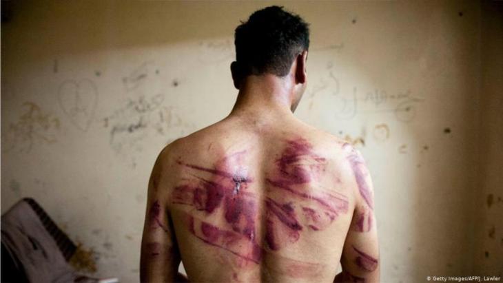 """جرائم ضد الإنسانية في سوريا الأسد. تعتبر نائبة رئيس لجنة العدالة والمساءلة الدولية أن إلقاء القبض على ضابطين سابقين في المخابرات السورية في شهر فبراير من العالم الحالي """"صيداً ثميناً"""" وبادرة لفتح ملفات الانتهاكات في سوريا."""