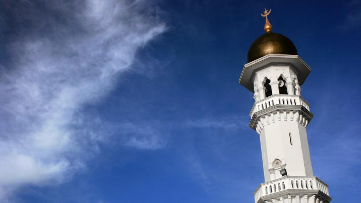 مئذنة جامع كابيتان كيلينغ في بينانج، ماليزيا. بُنِي في عام 1801 من قبل سكان بينانج الأوائل الهنود المسلمون المستوطنون (قوات شركة الهند الشرقية)، وهو أكبر جامع في (مدينة) جورج تاون. تصوير: باسكال مانيرتس