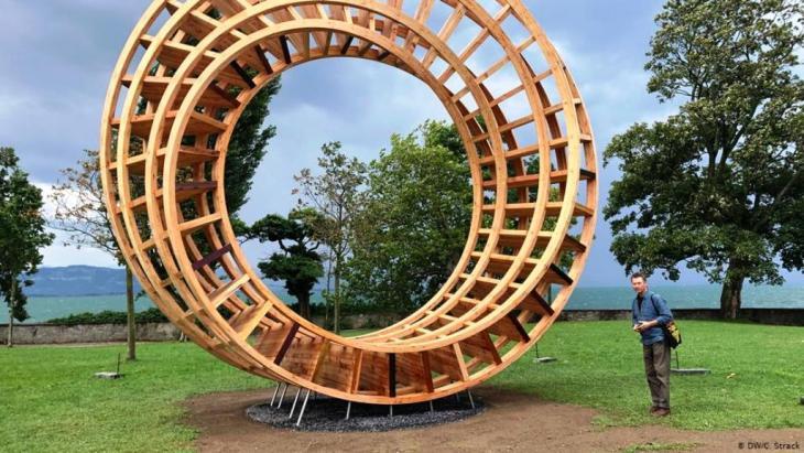 """خاتم السلام رمز للحوار بين الأديان: قبل عدة أيام تم نصب هذا النموذج لـ """"خاتم السلام"""" وهو تمثال خشبي ارتفاعه سبعة أمتار ونصف المتر، من المقرَّر أن يجد في 20 آب / أغسطس 2019 مقره الدائم في حديقة عامة بمدينة لينداو الألمانية الواقعة على بحيرة كونستانس (بحيرة بودِن). وهذا الخاتم مصنوع من أخشاب أصلها من مناطق مختلفة في العالم."""