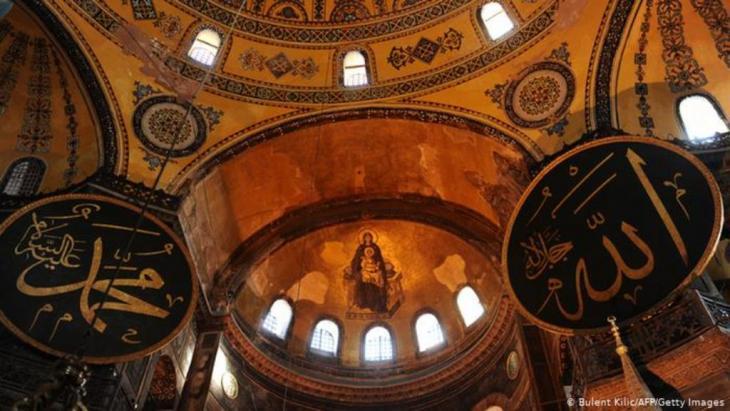 آيا صوفيا كانت كاتدرائية أرثوذكسية شرقية سابقًا قبل أن تتحول إلى مسجد على يد محمد الفاتح، ومن ثم إلى متحف ديني عام 1935، وتقع بمدينة إسطنبول بتركيا.