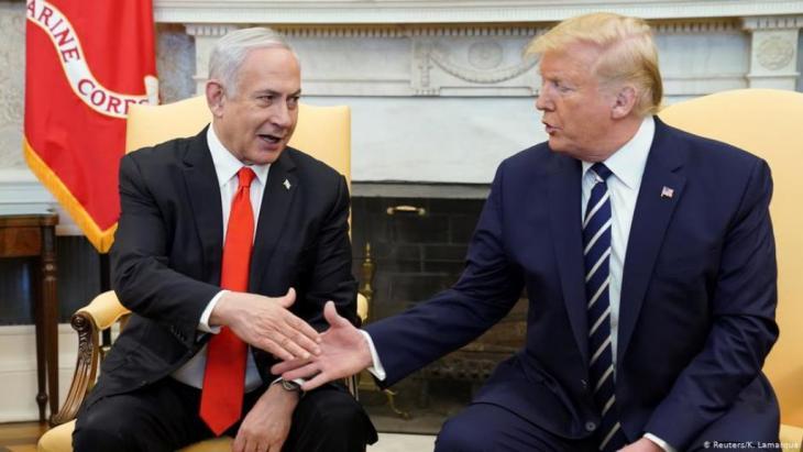 """قال الرئيس الأمريكي دونالد ترامب يوم الثلاثاء إن رئيس الوزراء الإسرائيلي بنيامين نتنياهو أبلغه بأن مقترح الإدارة الأمريكية للسلام في الشرق الأوسط سيكون أساسا للتفاوض المباشر.  وقال ترامب في البيت الأبيض مع نتنياهو """"اليوم اتخذت إسرائيل خطوة عملاقة نحو السلام... بالأمس أبلغني رئيس الوزراء نتنياهو بأنه مستعد لتبني الرؤية كأساس للتفاوض المباشر، وبوسعي القول إن زعيم المعارضة الإسرائيلي بيني جانتس قبلها أيضا""""."""