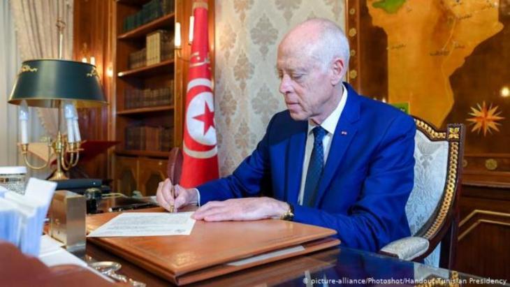 """يعتبر كثير من التونسيين أن قيس سعيّد الفائز في الانتخابات الرئاسية بنسبة تجاوزت 70 بالمئة، هو """"رجل الصرامة والنظافة""""، القادر على قيادة البلاد في المرحلة المقبلة، وتحقيق تطلعات الشباب، وخاصة الطلبة علما أن جل أنصاره منهم، وذلك برغم افتقار أستاذ القانون الدستوري للخبرة في مجال العمل السياسي."""