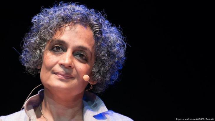 الكاتبة الهندية المعروفة أرونداتي روي