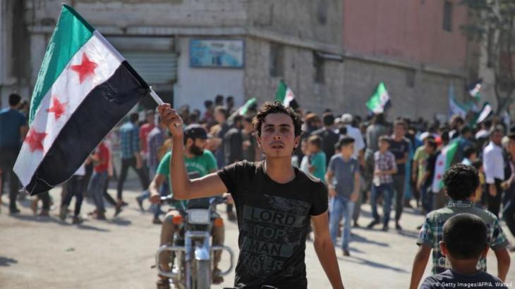 Für Syrien, gegen die Regierung: Anti-Asssad-Demonstration in Hazzanu, nahe der Stadt Idlib, September 2018. Foto:  (Getty Images/AFP/A. Watad)
