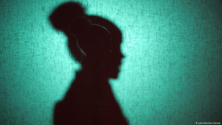 """يُعرف ختان الإناث بأنه عملية قطع أو استئصال متعمدة للأعضاء التناسلية الخارجية للمرأة. وتشمل العملية في أغلب الأحيان استئصال أو قطع الشفرين والبظر، وهي عملية تصفها منظمة الصحة العالمية بأنها """"أي عملية تلحق أضرارا للأعضاء التناسلية الأنثوية لأسباب غير طبية""""."""