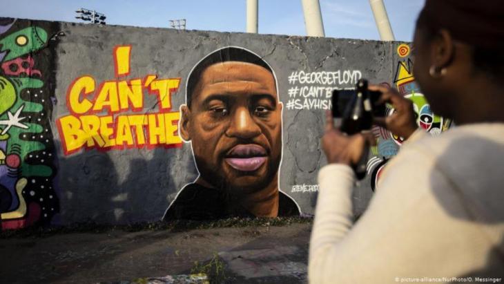 أودى عنف الشرطة الأمريكية بحياة 1098 شخصا في عام 2019، ربعهم من السود، رغم أن عدد السود في المجتمع الأمريكي لا يتجاوز 13 في المئة حسب مشروع توثيق عنف الشرطة في أمريكا.