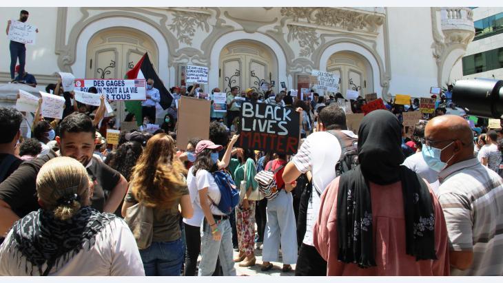 لا للعتصرية ونعم لاحترام الانسان وأدمينته. متظاهرون يشاركون في مظاهرة مناهضة للعنصرية في تونس في تاريخ 06 / 06 / 2020