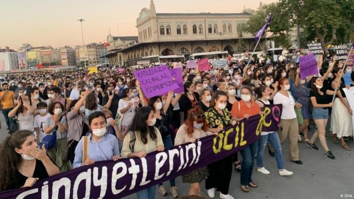 الشرطة التركية متهمة باستخدام العنف مع المتظاهرات. من مظاهرة نسائية في اسطنبول بمناسبة يوم المرأة العالمي (أرشيف)