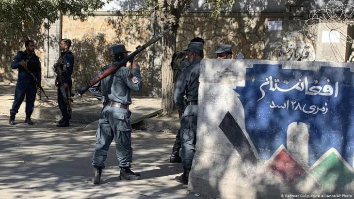 أفغانستان بعد هجمات على مؤسسات تعليمية: الشرطة الأفغانية تؤمِّن الوصول إلى الجامعة في كابول.