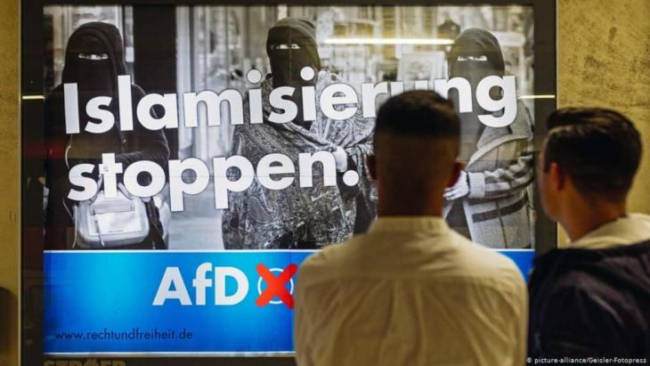 """مُلصَق لحزب """"البديل من أجل ألمانيا"""" بمدينة كولونيا الألمانية ضد أسلمة مزعومة في ألمانيا. (Foto: Picture-alliance / Geisler-fotopresse)"""