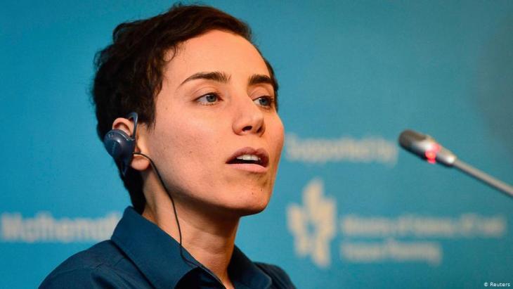 """عالِمَة الرّياضيَّات الإيرانيَّة مريم ميرزاخاني أثناء المؤتمَر الصَّحفيّ الذي تَبِع مَراسِم حفل تسليم ميدالية """"فِيلدز"""" الدوليَّة في الرّياضيَّات، المؤتمَر الدَّوليّ لعُلَماء الرياضيَّات 2014، سُول، كوريا الجنوبيَّة، 13 أغسطس / آب 2014"""