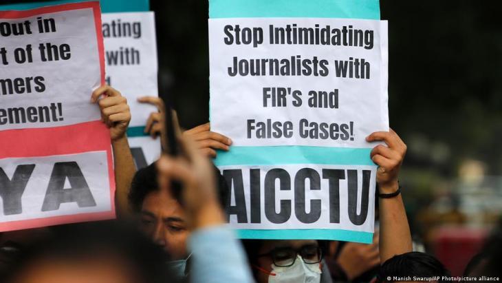 متظاهرون يحملون لافتات لدعم الصحفيين وحرية التعبير في نيودلهي، الهند، 3 فبراير / شباط 2021.