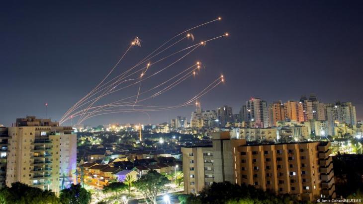 إسرائيل – صواريخ من غزة اعترضتها القبة الحديدية الإسرائيلية في عسقلان.