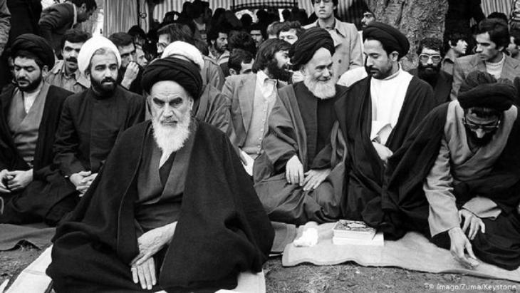 عاد آية الله الخميني من منفاه في فرنسا إلى إيران، معلناً عن أولى تباشير الدولة الإيرانية الجديدة بعد نهاية نظام الشاه رضا بهلوي.