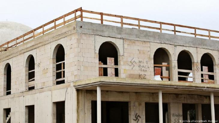 مسجد جديد في منطقة دورماغن جداره ملطخ بالصليب المعقوف - ألمانيا.