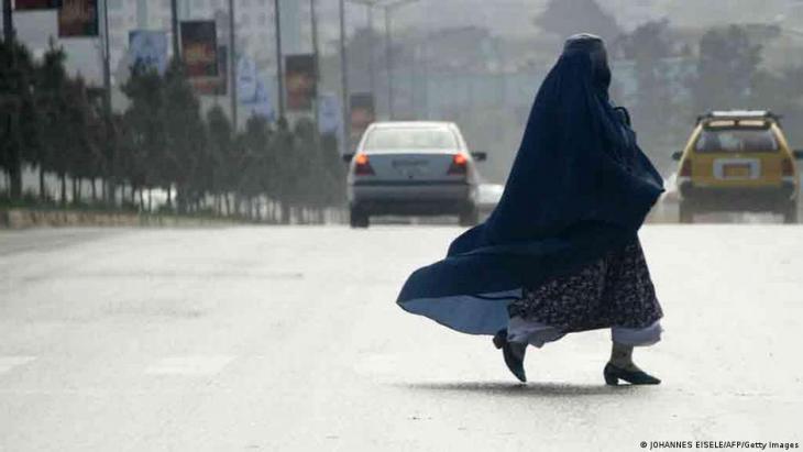 امرأة أفغانية مرتدية البرقع في كابول عاصمة أفغانستان.