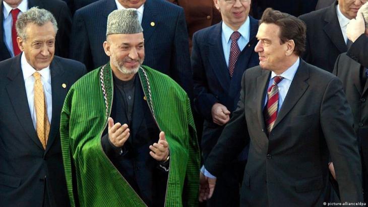 المستشار الألماني السابق شرورد مع الرئيس الأفغاني السابق حامد كرزاي في مؤتمر أفغانستان في عام 2003
