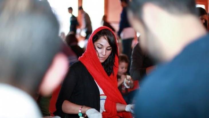 في الصورة: شابة مسلمة تحضِّر أكياس الغداء للمشردين في سان فرانسيسكو الأمريكية.