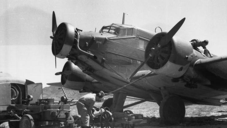 استولى النازيون الألمان على جزيرة كريت في أواخر مايو / أيار 1941 وبدأوا استخدامها كقاعدة استطلاع لمسافات طويلة باتجاه فلسطين.